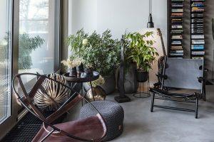 Vbytě je spousta zajímavých kusů nábytku, jako třeba křeslo z50. let 20. století od Borgeho Mogensena nebo křeslo zkožených pásků FDC1 ze stejného období, od brazilského architekta Flavii de Carvalha. FOTO JH STUDIO