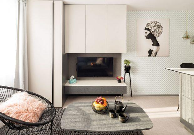 Majitelka využívá byt i ke svým kurzům o tom, jak zařizovat interiér, a proto zkombinovala různé vzory, aby mohla prostor využívat i jako skrytý showroom. FOTO MARTIN FLORIAN