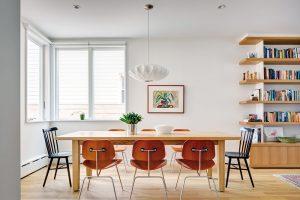 Na velký jídelní stůl dopadá dostatek denního světla díky rohům, které architekti navrhli prosklít. FOTO FRANCIS DZIKOWSKI