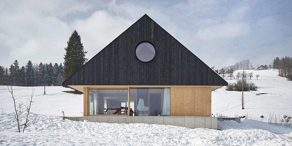 Rodinný dům postavený ze tří materiálů: dřevo, beton a sklo