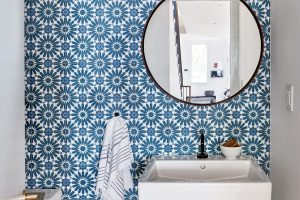 Dubovou podlahu toalety doplňuje modrobílý keramický obklad na stěnách. FOTO FRANCIS DZIKOWSKI