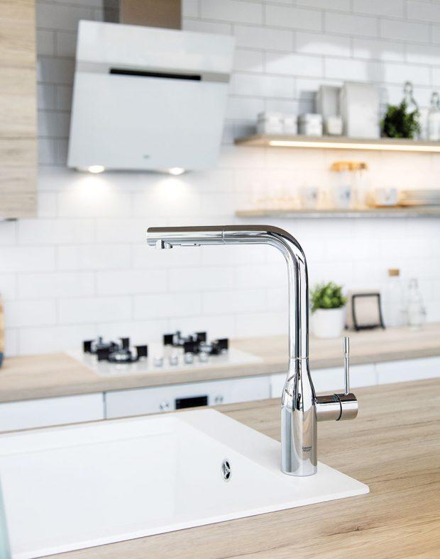 Baterie Grohe Essence Foot Control s vytahovací sprškou, proud vody lze ovládat nohou pomocí senzoru. www.siko.cz