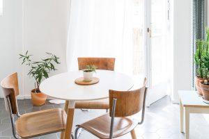 Jídelní židle prošly renovací. Jsou vyrobené zohýbané dubové dýhy achromové nosné konstrukce. FOTO JURAJ STAROVECKÝ