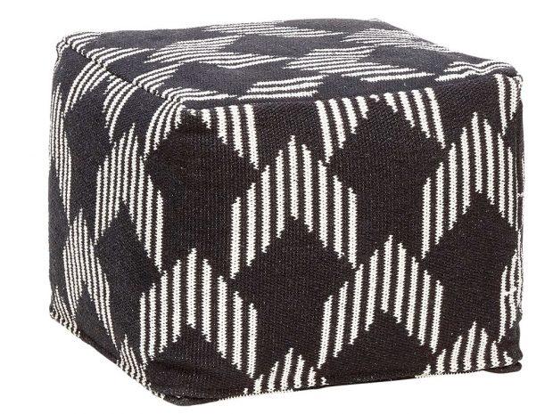 Černobílý puf Square (Hübsch), bavlněný potah, 45 x 45 x 35 cm, cena 3 990 Kč, www.odomu.cz