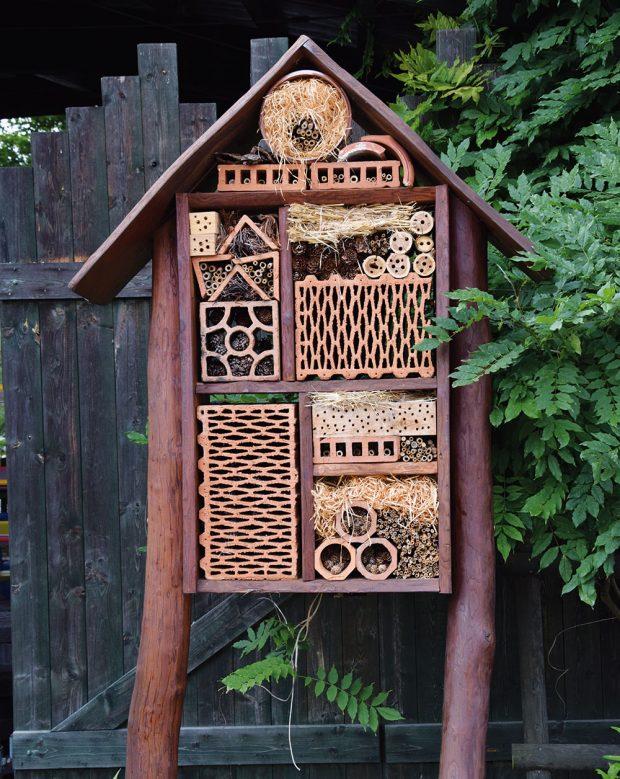 Hmyzí domek se může stát pěknou dekorací zahrady. FOTO LUCIE PEUKERTOVÁ