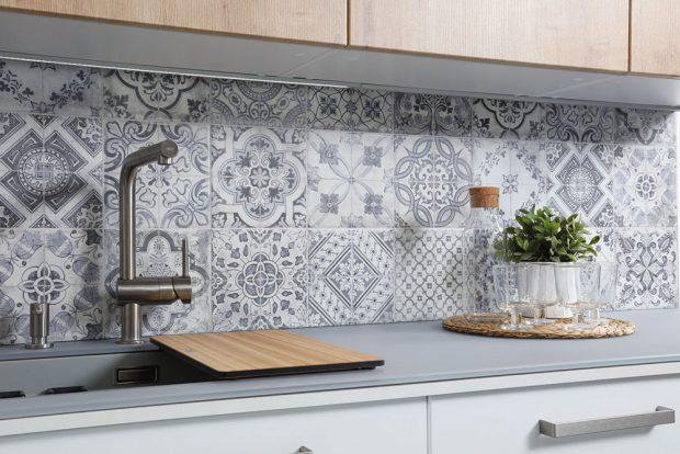 Efektní OBKLAD, například vdekoru patchwork (Manises/Geotiles), dokreslí tvář kuchyně. Svýraznými vzory je však třeba zacházet scitem. www.siko.cz