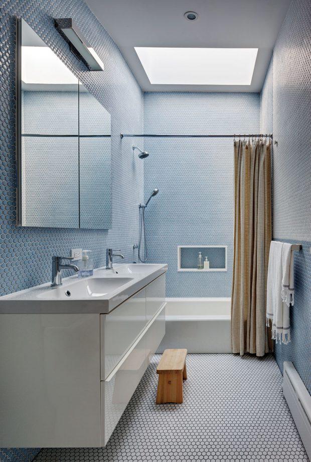 Vmenší koupelně je použita modrobílá mozaika. Světlíkem proudí do místnosti dostatek světla. FOTO FRANCIS DZIKOWSKI
