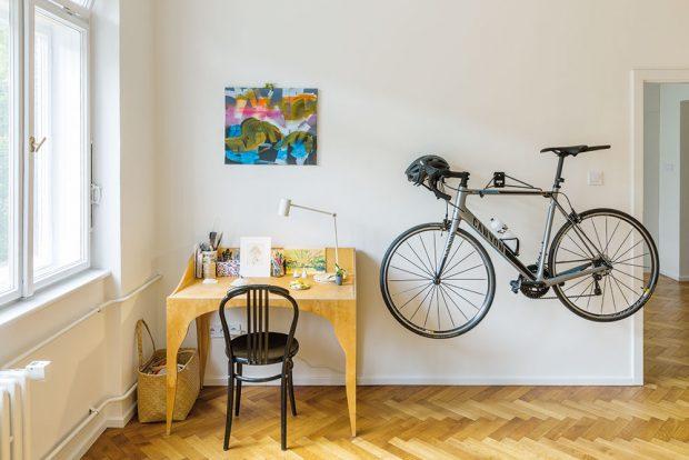Malá pracovna slouží především majitelce bytu, která pracuje ustolu navrženého Samuelem Rihákem. Svoje místo tu má ikolo zavěšené na stěně. FOTO JURAJ STAROVECKÝ