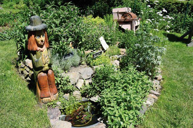 Zahrada je pro děti jako stvořená. Je ovšem třeba jim pobyt na ní zpříjemnit různými aktivitami. FOTO LUCIE PEUKERTOVÁ