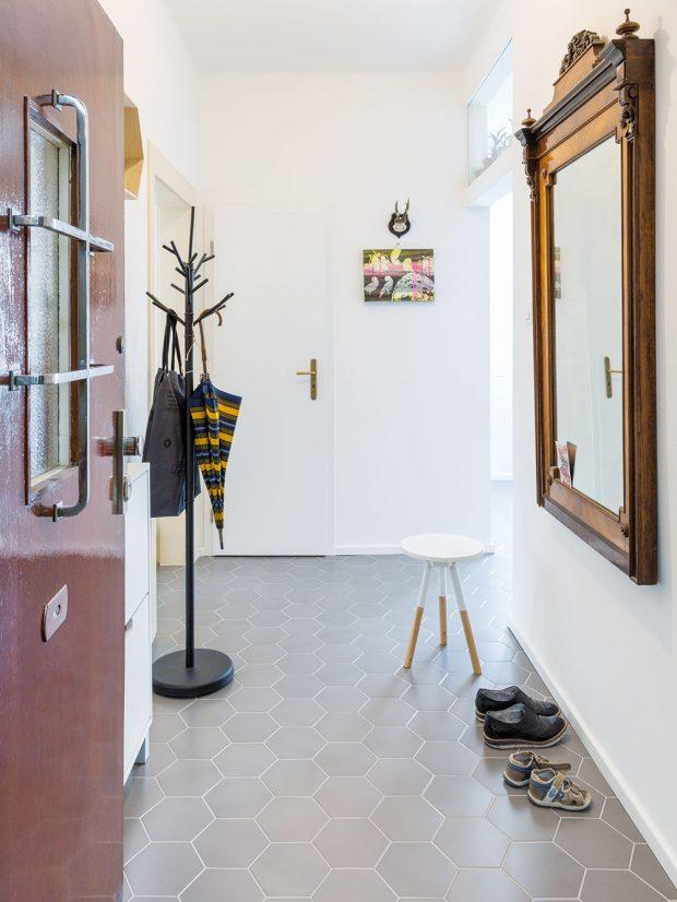 Původní dveře odhalí hned při příchodu celkový charakter bytu. FOTO JURAJ STAROVECKÝ