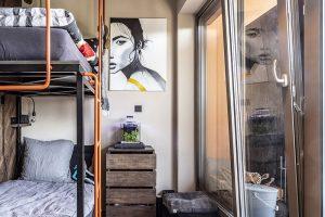 Palanda vdětském pokoji je vyrobena zmasivních prken stejně jako stěna za ní, na stěně visí obraz od Terezy Havlíčkové. FOTO JH STUDIO