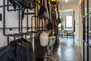 Do bytu se vstupuje přímo zvýtahu ave vstupní chodbě přivítá návštěvníky pštros – odkládací stolek. Funkci věšáků aodkládacích polic suplují roxorové tyče. FOTO JH STUDIO