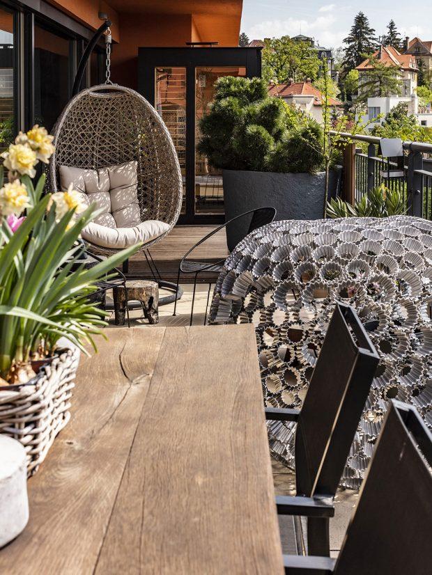 Terasa je vybavená saunou, lehátky, jídelním stolem akovovými plastikami od Ondřeje Olivy. FOTO JH STUDIO