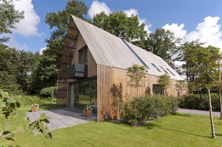 Vzdušný a lehký dům u lesa plný světla