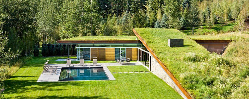 Pod zelenou střechou se ukrývá velkorysý rodinný dům