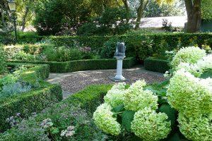 Keře patří mezi běžnou součást každé zahrady, je třeba vždy zvolit vhodný sortiment, který bude sedět danému zahradnímu stylu. foto: Lucie Peukertová