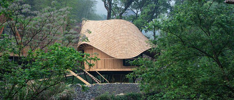 Dřevěný dům s unikátně řešenou střechou