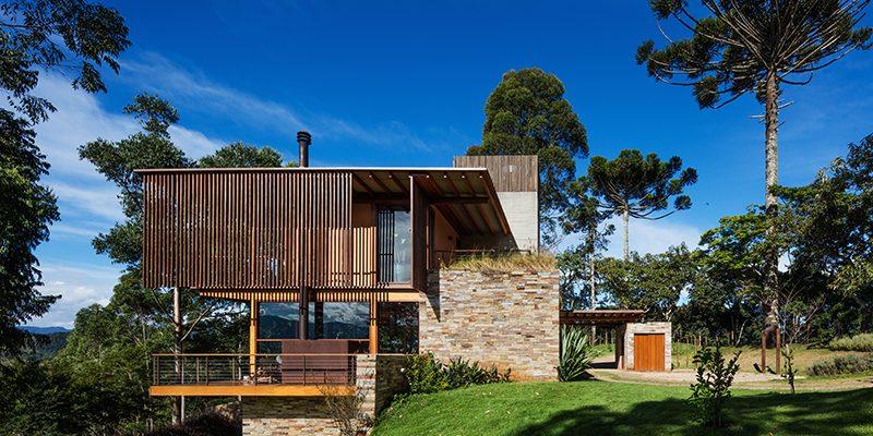 Třípodlažní dům na kopci: Velká užitná plocha, minimální zásah do zeleně