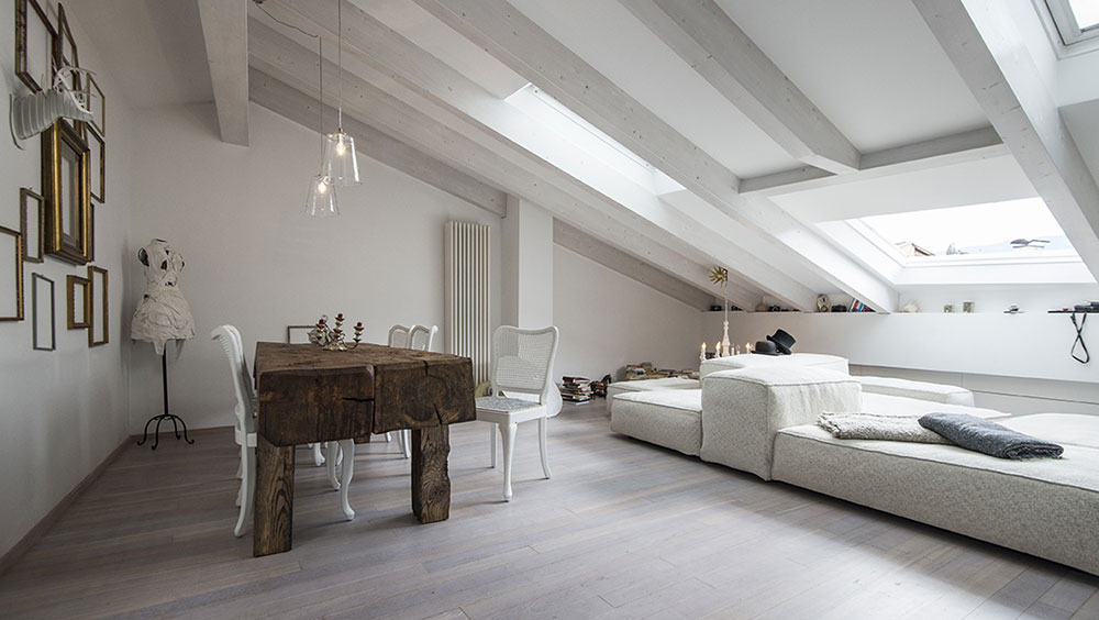 Půdní prostor nemusí být ani stísňující, ani tmavý: Podkrovní byt s kouzelnou atmosférou