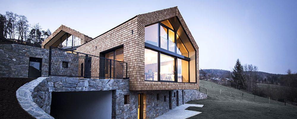 Rozlehlý rodinný dům v lůně přírody, který nepůsobí rušivě