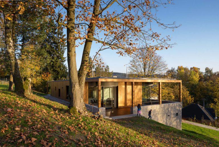 Vila u Jizerských hor stojí v prudkém svahu a majitelům poskytuje krásné výhledy