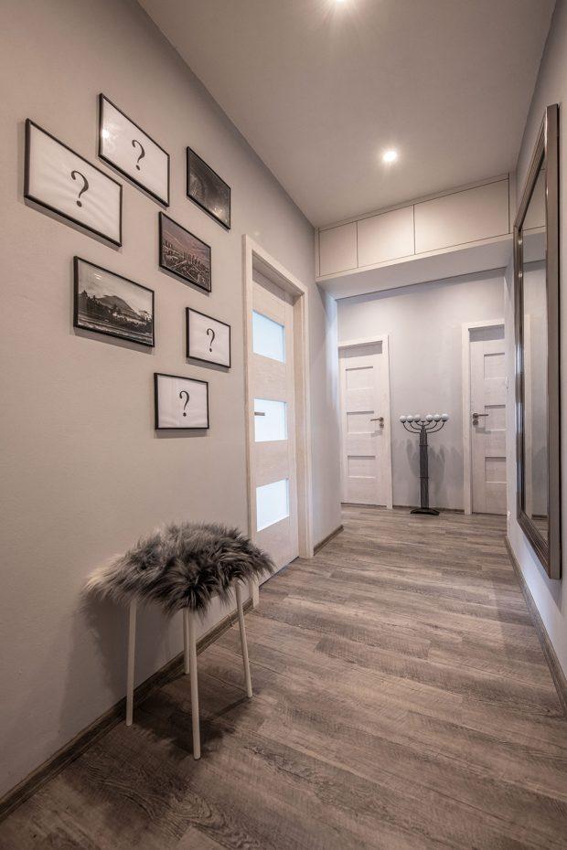 V bytě je využit každý volný centimetr, a proto je u nosného překladu u stropu ještě úložná skříňka na sezónní věci. FOTO: Radek Hensley