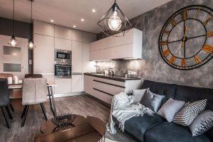V kuchyni nechybí veškeré vestavné spotřebiče a z důvodu úložných prostorů je jedna její část řešena až do stropu. FOTO: Radek Hensley