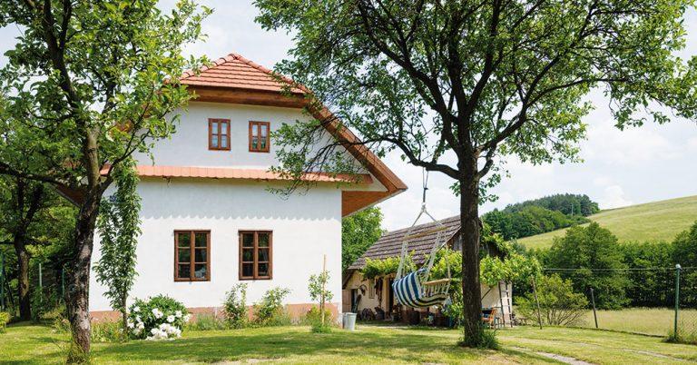 Domeček plný barev a radosti: Tradiční chalupa s pohádkovým interiérem