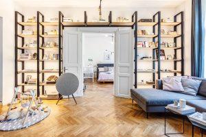 Obývací pokoj skuchyní zabírá celých 40 m². Vznikl propojením dvou místností, které si předchozí majitel vytvořil zazděním dvoukřídlých secesních dveří. Ty se naštěstí podařilo zachránit. FOTO JH STUDIO