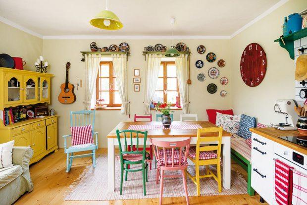Kuchyně je srdcem domu. Nejcennějším kusem nábytku je stůl, který vlastnoručně vyrobil otec rodiny. FOTO VENTURA PICTURES
