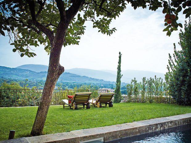 Dům Giardino (vpřekladu Zahrada) se pyšní zahradou, která dělá čest jeho jménu. Přímo láká kdlouhému posezení na verandě udobrého jídla nebo lenošení na lehátku azírání do kouzelné krajiny. FOTO KRISTIAN SEPTIMIUS KROGH