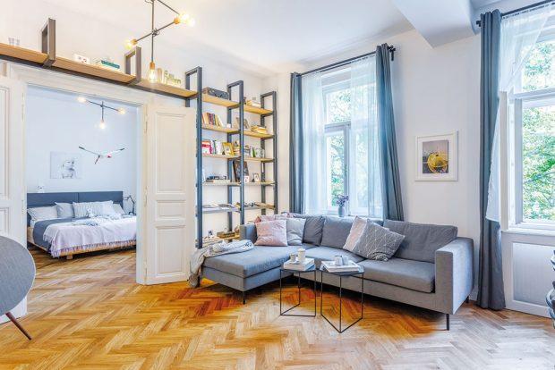 Dominantou obývací zóny je na míru vyrobená podsvícená knihovna. Pohovku vybrali majitelé na Slovensku uznačky Domark abodové osvětlení doplňuje efektní závěsná lampa značky Nowodvorski. FOTO JH STUDIO