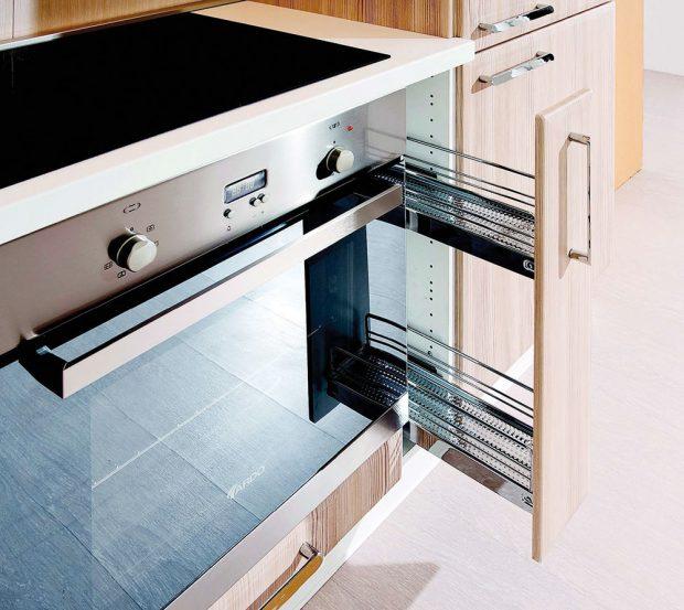 Kuchyňská skříňka spodní svýsuvným systémem 15 cm, skováním Blum, skříňka je dodávána smontovaná včetně nerezové úchytky, 2 kovových košů, nožiček aveškerého kování, 3 658 Kč, www.siko.cz