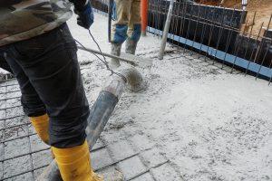 Beton Permacrete se hutní běžnými prostředky (vibrátory). Intenzitu hutnění je nutné přizpůsobit objednané adodané konzistenci. Povrch základové desky je možné leštit. FOTO ČESKOMORAVSKÝ BETON