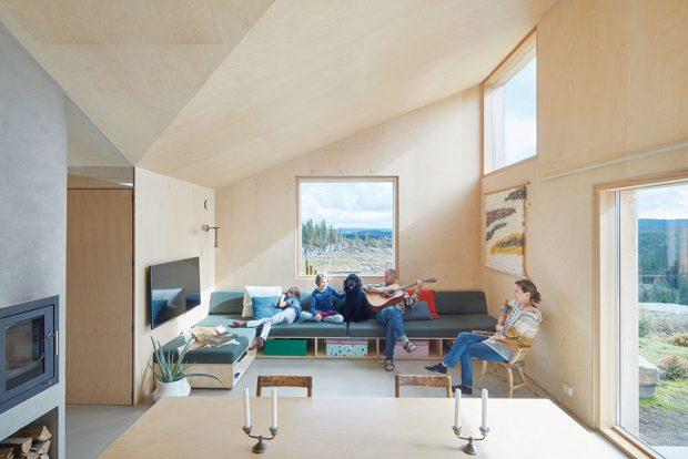 Cílem architektů bylo vytvořit kompaktní otevřený prostor, ve kterém bude ale místo ina soukromá zákoutí. Množství příležitostí ktomu dává istrop, jenž dosahuje výšky od 2,4 m až do 4,3 m. FOTO BRUCE DAMONTE