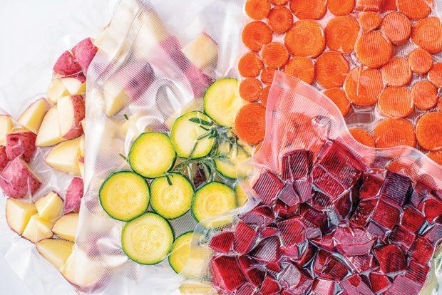 Vakuování uchová čerstvé ovoce a zeleninu dlouhou dobu. Tefal Classic VT 254. Cena 1 699 Kč. www.tescoma.cz FOTO SHUTTERSTOCK