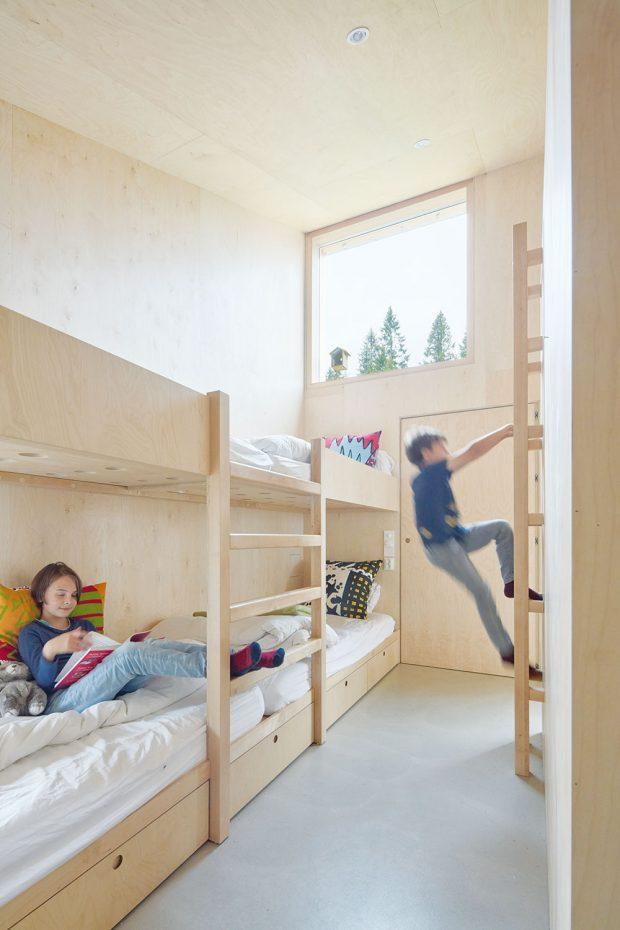 Dětský pokoj tvoří palanda arozšiřuje ho také prostor nad koupelnou, kam architekti navrhli hernu. FOTO BRUCE DAMONTE