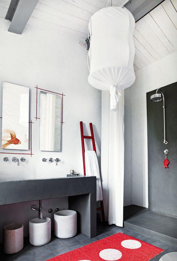 Ve zrekonstruovaných místnostech je na podlaze moderní cementová stěrka, vložnicích avlépe zachovalém přízemí byla použita tradiční dlažba. Stěny koupelny patřící kčerveně laděné ložnici jsou opatřeny voděodolným šedým marockým štukem. FOTO KRISTIAN SEPTIMIUS KROGH