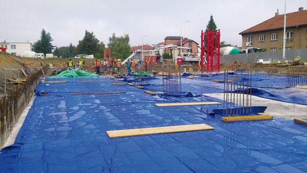 Vodorovné konstrukce se ošetřují pomocí aplikace ochranného postřiku ihned po betonáži nebo po vyleštění, případně zakrytím fólií. FOTO ČESKOMORAVSKÝ BETON