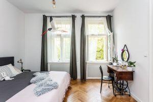 Vložnici je kromě šicího stroje jediným kusem nábytku postel od německé značky Mazzivo Boxspring. FOTO JH STUDIO