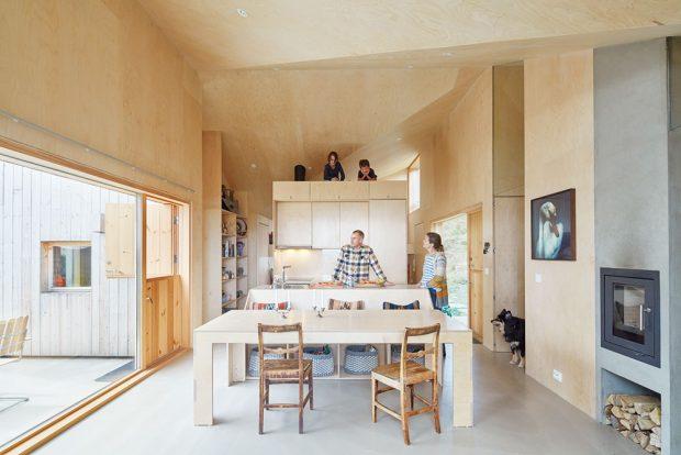 Kuchyně plynule přechází vjídelnu díky kuchyňskému ostrůvku, jehož přední část slouží jako jídelní lavice. FOTO BRUCE DAMONTE