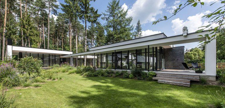 Dům s unikátním přemostěním: Potok uprostřed pozemku a z obou stran les