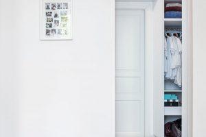 Zložnice se vstupuje přímo do šatny, takže není potřeba narušovat vzdušnost prostoru šatní skříní. FOTO JH STUDIO