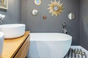 Do koupelny se vešla ivolně stojící vana Kreiner. Vtipným dekorativním prvkem jsou ozdobná zrcadla, která jsou nad ní zavěšená. FOTO JH STUDIO