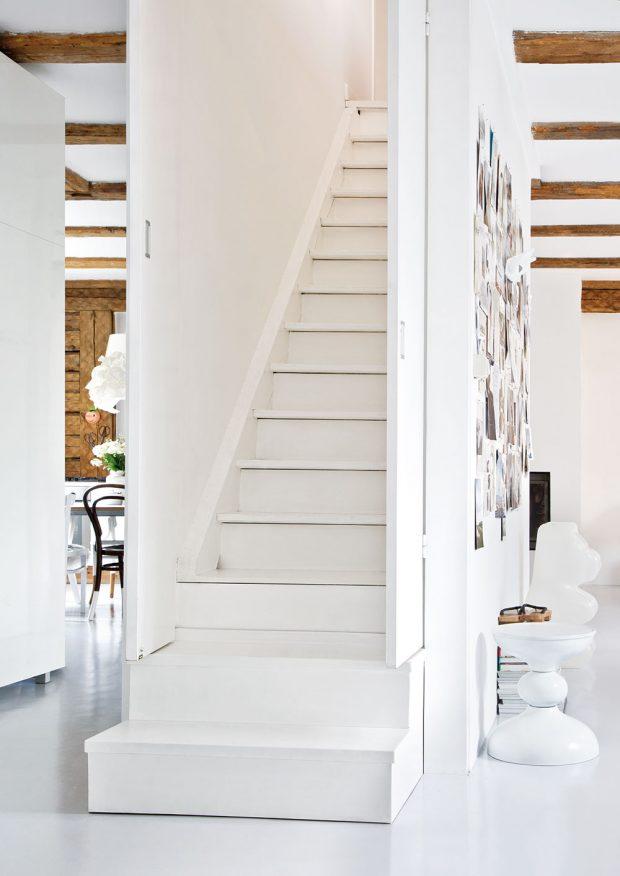 Schody vedou do podkroví, kde se nachází ložnice, koupelna aprostorná světlá pracovna. FOTO WESTWING