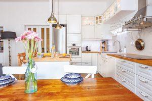 Veselý a rozmanitý byt v činžovním domě v Holešovicích