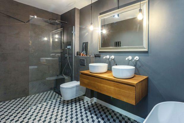 Koupelnový nábytek je vyrobený na míru. Stěny sprchového koutu jsou ošetřeny cementovou stěrkou, která se dá snadno udržovat. FOTO JH STUDIO