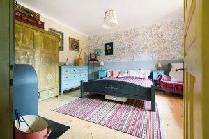 Hlavní ložnice je kouzelným místem. Je plná klidu akaždý kout dýchá venkovskou nostalgií. FOTO VENTURA PICTURES
