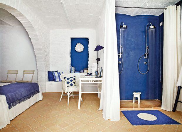 Inspirací pro modrou ložnici byla barva Středozemního moře, které omývá břehy Itálie. Součástí každé zložnic je také šikovně zakomponovaná koupelna. FOTO KRISTIAN SEPTIMIUS KROGH