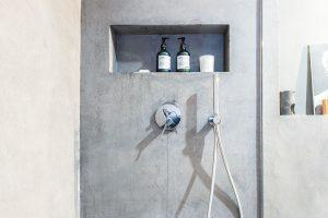 Sprchu odděluje jen skleněná zástěna. FOTO JH STUDIO